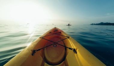 activité incentive action collective de collecte de déchets en kayak surf rider